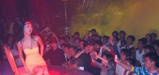 国产艳舞表演_近日,干露露亮相广西南宁某酒吧,大跳艳舞表演引起轰动.