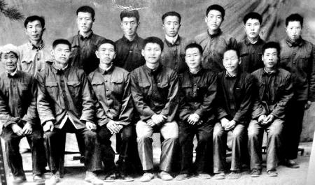 送习近平(前排中)上大学时,梁家河村民和习近平的合影