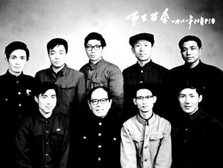 李克强(后排右一)是北大法律系77级学生