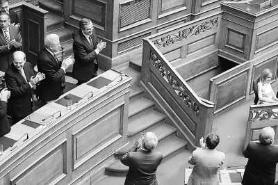 希腊新政府赢得议会信任投票
