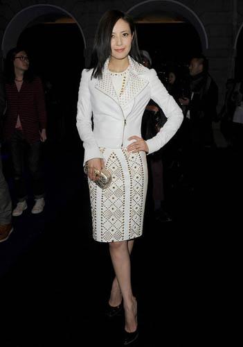高圆圆身穿金色铆钉白裙格外引人瞩目。