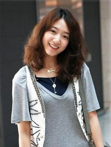 朴信惠V领T恤搭配白色铆钉马甲,甜美,率性。