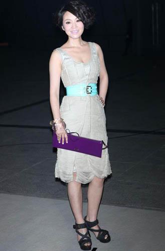 阎妮一身简约设计的连衣裙,蓝色铆钉腰带是点睛之笔。