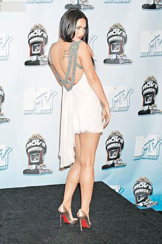 Megan Fox in Julia Clancey。此系列包括长幅的丝绸、薄纱礼服和精心制作的头饰和串珠手袋。她特别采用复古珠饰加上独特的剪裁,珠宝缀饰的运用,带出富裕和渴望的感觉。