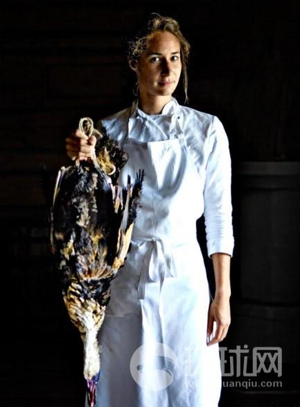 """家禽交易:Faviken 的玛丽从被称为""""鸭子先生""""的当地人购买鸭子。"""