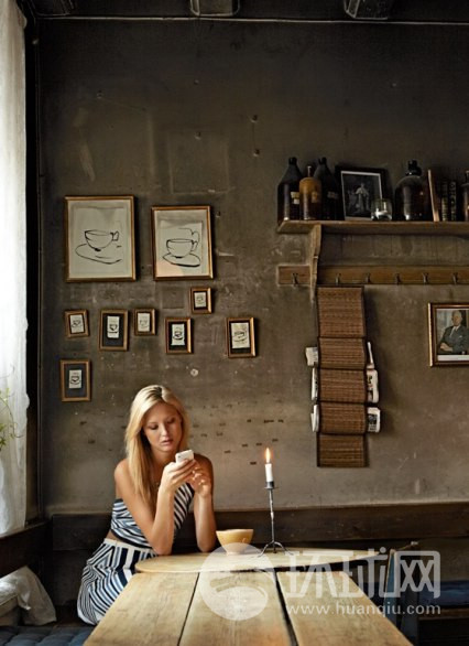 Kaffekoppen咖啡馆位于斯德哥尔摩的老城,它的历史可以追溯到17世纪。在这里点上一杯热气腾腾腾的巧克力便会很好的诠释出中世纪与现代的交融。模特服装提供萨瓦托菲拉格慕。