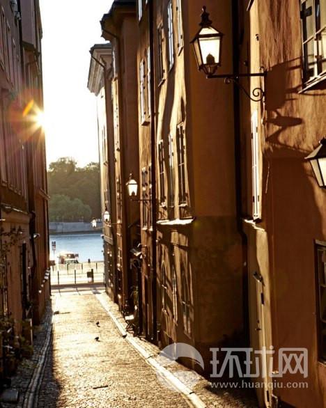 阳光照射的小巷是观察Norrstro m河对岸斯德哥尔摩大酒店的好去处。