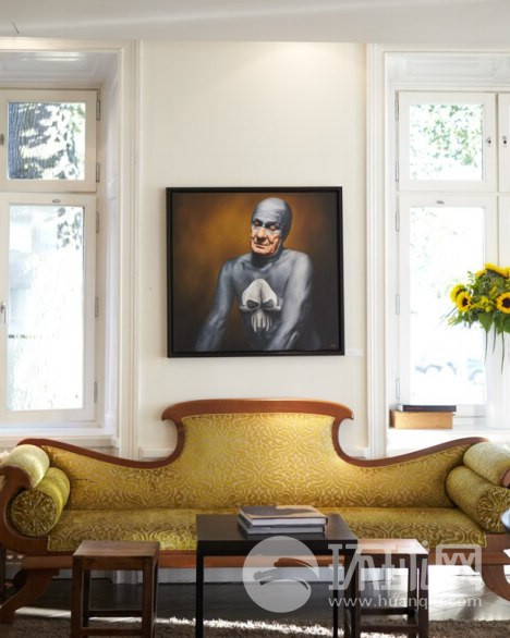 """来到斯德哥尔摩豪华型宾馆就请放松下来,坐在客厅的沙发上,上方挂着瑞典著名幽默画家安德烈亚斯 英格伦的画作""""扼杀""""。"""