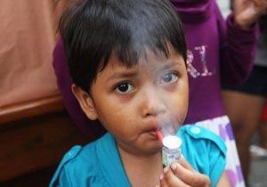日本 组图/印尼3岁儿童口叼烟斗吞云吐雾(组图)
