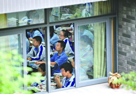 7月9日,石室天府中学的学生正在补课