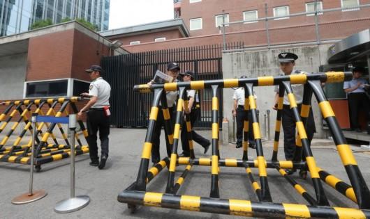 韩男子撞日本使馆抗议污蔑慰安妇。