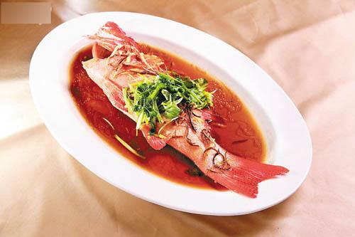 东星斑。新鲜的东星斑以新会果皮清蒸至9成熟,鱼肉刚好离骨,肉质滑嫩无比。
