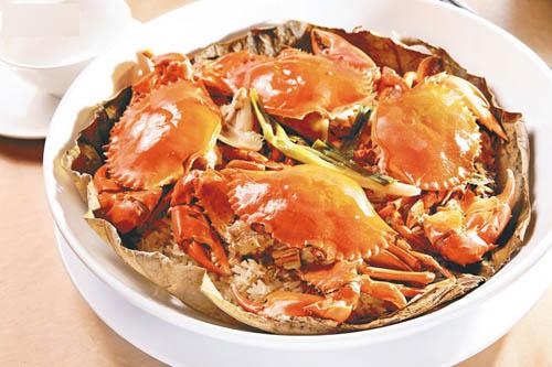 奄仔蟹蒸糯米饭。现在是奄仔蟹的当造期,其中越南货最肥美,蟹膏甘香美味,连糯米饭同蒸,入口阵阵荷叶香。