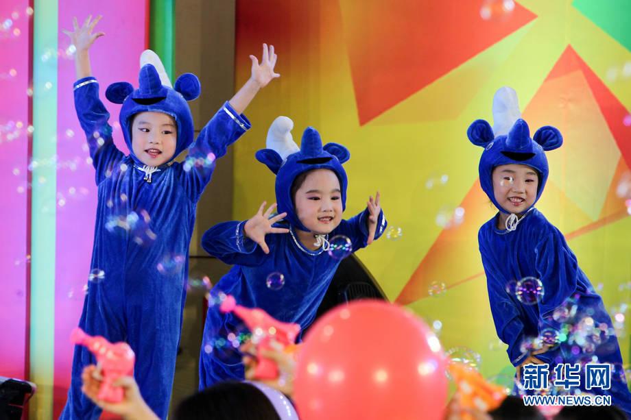 空军蓝天幼儿艺术团的小演员们在央视少儿