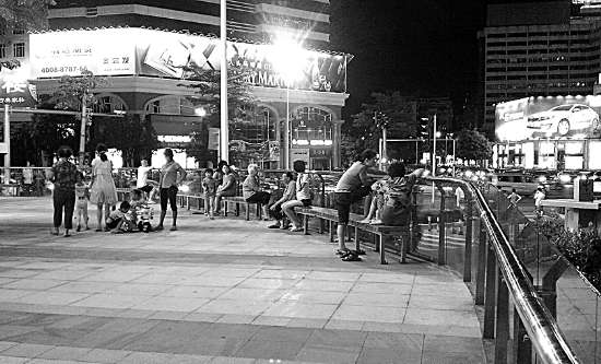 广场踢球跳舞 公园散步纳凉(图)
