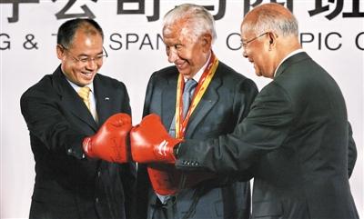 2007年6月25日,在李宁公司签约西班牙奥组委发布会上,李宁(左)、前国际奥委会主席萨马兰奇(中)、何振梁(右)为北京奥运重拳出击。图/CFP
