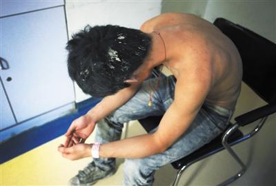 昨晚,昌平区医院,一名伤者在等待治疗,其头发和衣裤上沾满泥土。本版摄影/新京报记者 王贵彬