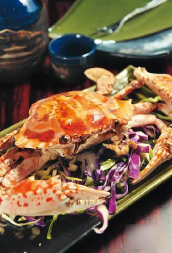 炭烧花蟹$200:约12 �I重,蟹壳封锁着鲜甜的肉汁,肉身又渗有淡淡炭烧香味。