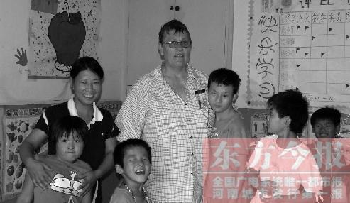 """1998年,她第一次来到焦作市福利院,便爱上了这片热土,与这里的孤儿结下了""""剪不断""""的情缘。在她的带动下,越来越多的国际友人开始关注和帮助中国孤儿。"""