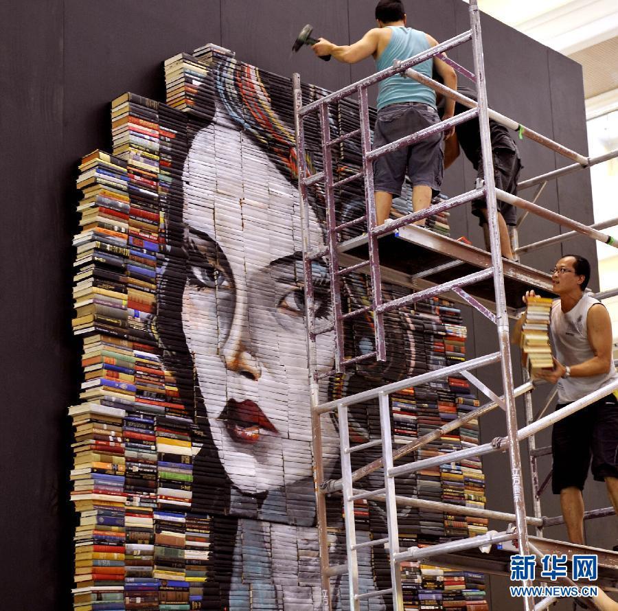香港 艺术 书皮/这是7月11日拍摄的香港时代广场展出的画在书皮上的艺术作品(...