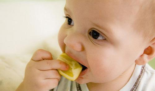 搞笑 吃柠檬/宝宝吃柠檬时的搞笑表情