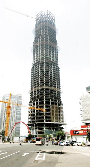市中心最后一座大烂尾楼昨封顶(图)