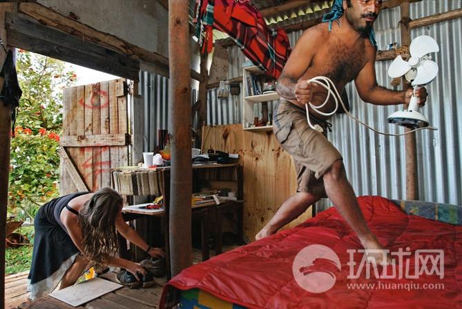 复活节岛/图吉和他的比利时女友乔伊斯在他们的一居室内,房子里面有电...