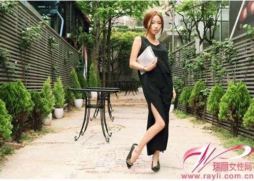 黑色超宽松无袖开叉长裙搭配同色尖头平底鞋和白色信封包