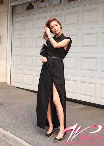 衬衫式连身款短袖黑色开叉长裙搭配同色细腰带、手包以及跟鞋