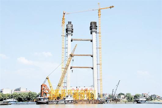 图文:鹦鹉洲长江大桥3号主塔封顶