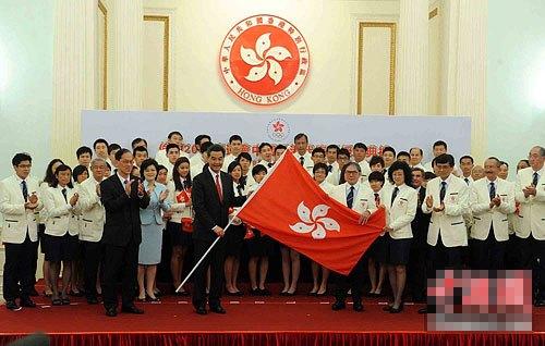 行政�L官梁振英将香港特别行政区区旗授予伦敦2012奥运会中国香港代表团团长刘掌珠女士。