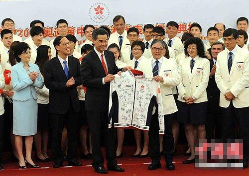 梁振英在授旗�x式上�@香港代表�F�\�\��T�名�\�油馓住�