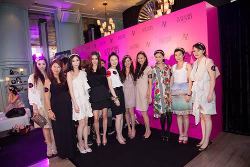 从左至右分别为:邱雪�w、李乐诗、何倍倩、Deborah Hung、李蔚盈、Alice Chan、罗苡之、Ranee K、林文慧、龚��
