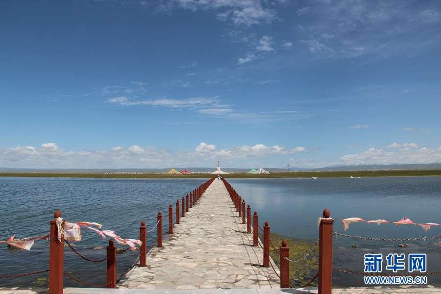 青海省刚察县位于美丽的青海湖北岸,平均海拔3300米,县城距省会西宁市180公里,315国道湟嘉公路和青藏铁路贯穿全县。这里的名胜古迹众多,自然风光雄奇壮美,随手用相机拍下的画面就是一幅绝美的风景。李隆强