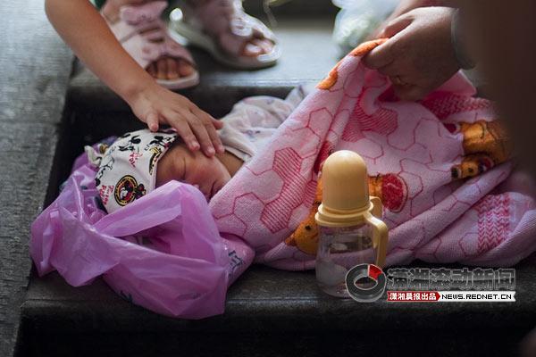 保护 地下通道/昨日,湘雅医院地下通道,小女孩怜爱地抚摸弃婴的脸。图/潇湘...