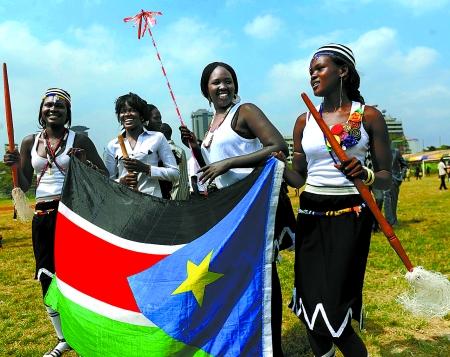 几名身着传统服饰的南苏丹女孩手持国旗庆祝南苏丹