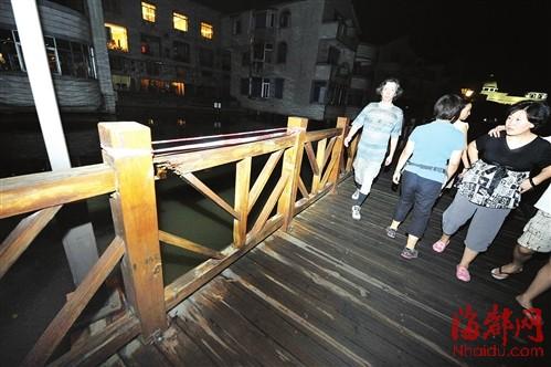 西湖木�5栏������圈�用�I�K子�上,算是警示