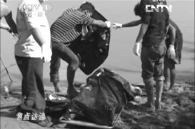 在湄公河边发现的中国船员尸体。视频截图