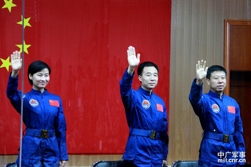 三位航天员亮相 中广军事记者邓曦光摄