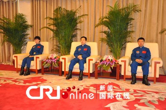 """2012年7月13日,""""神州九号""""航天员在京亮相。摄影:肖中仁"""