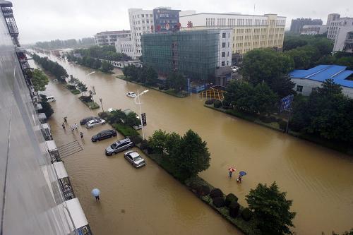 """暴雨袭武汉 城区可""""看海""""(组图)图片"""