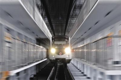 昨天上午9点,地铁一号线湘湖停车场迎来了首列新地铁列车。列车在湘湖停车场的各条轨道上来回行驶,进行了列车与接触网及供电系统的调试,地铁集团各部门及参建单位的技术人员共同参与了调试。