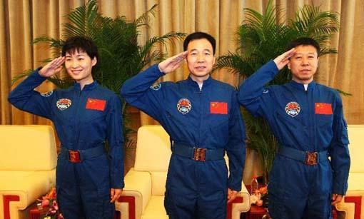 圆满完成天宫一号与神舟九号首次载人交会对接任务的航天员景海鹏、刘旺、刘洋,13日上午结束为期14天的隔离恢复期,在北京航天城航天员公寓与媒体记者见面并回答提问。