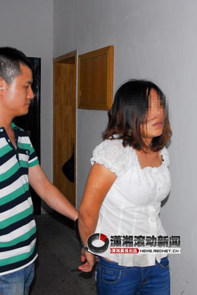 (7月13日凌晨,警方在湘潭雨湖区某宾馆抓获了冒充民政干部诈骗农村贫困家庭钱财的犯罪嫌疑人宋敏。湘潭市公安局供图)