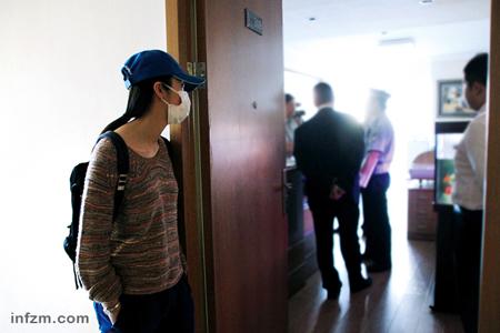 """姚晨戴着口罩跟随《法治进行时》栏目出街采访,她没想到,记者的工作这么""""琐碎""""。"""