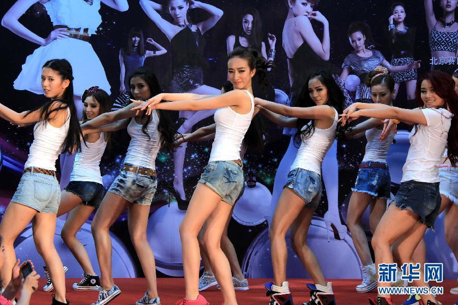 北京/7月15日,一名佳丽在比赛中展示风采。