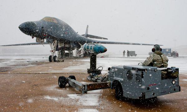 美国空军B-1B战略轰炸机挂弹升空参加战备演习。