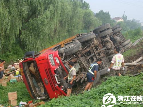 大货车侧翻到路基下