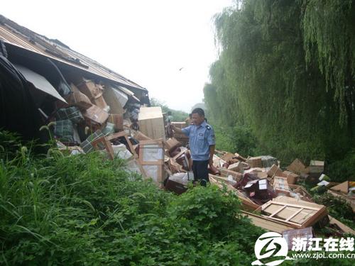 大部分货品都被抛洒到了车外