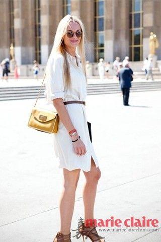 这款Clarins金色的包包,皮质包带和咖啡色的腰带以及手上的皮革手链相互衬托呼应,全面的展现了复古的感觉。